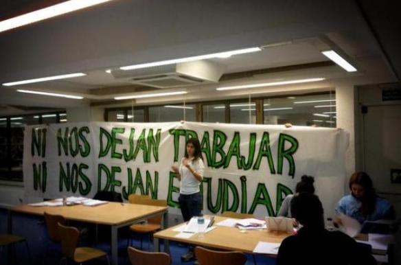 Pancarta desplegada en la biblioteca de Iglesia / @abretubiblio
