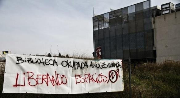 Pancarta colocada por los 'okupas' en la valla que rodea el edificio de la que iba a ser Biblioteca Central de Rivas Vaciamadrid. / Facebook de La Boa CS