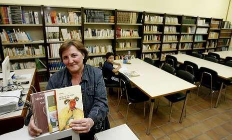 a bibliotecaria de Agolada, Inma Galego. Fuente: M. SOuto. La Voz de Galicia.