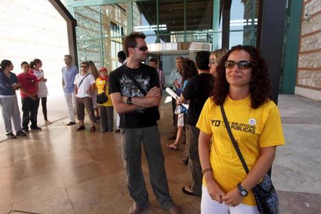 Alrededor de una veintena de trabajadores de la Biblioteca Central y Archivo Histórico de Cantabria se han concentrado a las puertas del edificio de la antigua Tabacalera. Fotos: Daniel Pedriza | 1/8/2012 El Diario Montañés