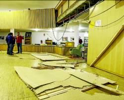 Los materiales desprendidos de la terraza superior. Foto:OTO.¿Y si te pasa eso en tu biblioteca?