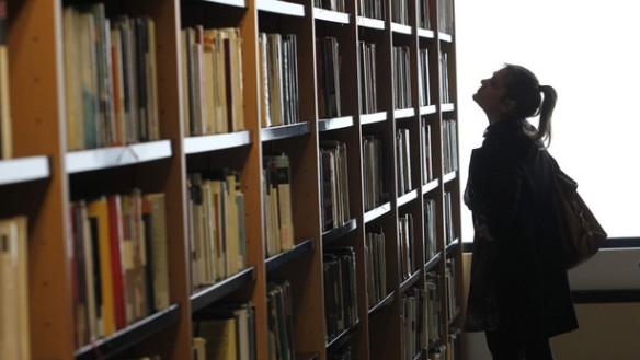El brutal hachazo del Gobierno de Navarra imposibilita renovar los fondos de las bibliotecas. (Oskar Montero)