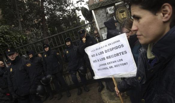 Agentes de la UIP a las puertas del rectorado de la Universidad Politécnica de Madrid.- Víctor Lerena (EFE)