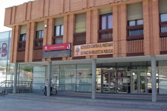 La fachada de la Casa de la Cultura de Azuqueca, sede de la biblioteca municipal, exhibe una pancarta con el lema de la campaña, 'Azuqueca contra el préstamo de pago en Bibliotecas Públicas'. Foto de la web municipal
