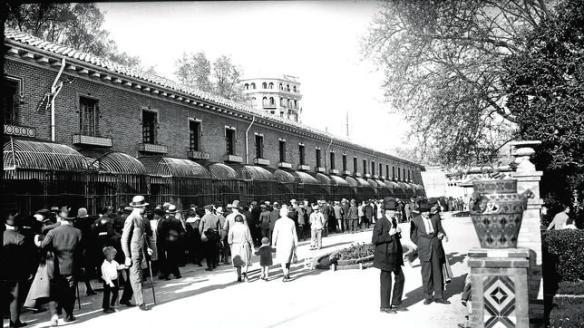 Las jaulas de la Casa de Fieras, en El Retiro, en una foto de 1920. Ahora será una biblioteca.  Para ver una galería de fotos histórica, pinchar en la imagén. Fuente ABC.