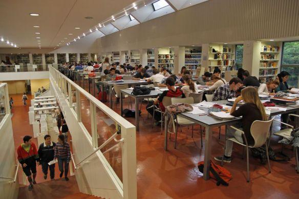 """Estudiantes en la biblioteca pública Infanta Elena de Sevilla. / Paco Puentes """"El País"""""""