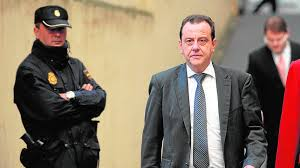 Pedro Corral junto a la alcaldesa en Chamberí. ABC