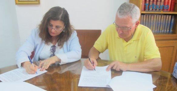 Lola Fidalgo, de la Plataforma por la permanencia de la fundación en Salamanca, junto a Luis Gutiérrez, presidente del Ateneo de Salamanca, en la firma del manifiesto.