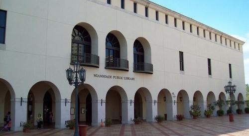 Una biblioteca de Miami que aparece en la página de Change.org dónde se recogen firmas para evitar su cierre.