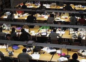 Estudiantes universitarios en la biblioteca Autor: Diego Sánchez