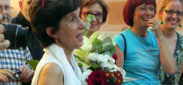 Blanca Calvo recibió un ramo de flores de los amigos y compañeros que le hicieron la fiesta sorpresa./Foto: E.C.