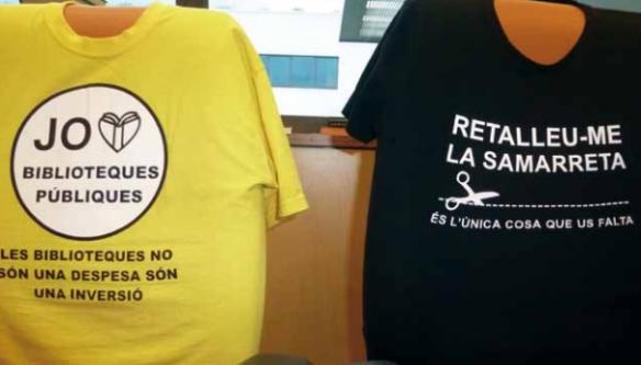 """Las camisetas muestran la posición contraria de los trabajadores de una biblioteca de Barcelona a las políticas de recortes presupuestarios en los servicios públicos básicos. En la camiseta amarilla se puede leer el lema """"Yo amo las bibliotecas públicas. Las bibliotecas no son un gasto son una inversión"""". En la camiseta negra leemos: """"Recortarme la camiseta. Es lo único que os falta""""."""