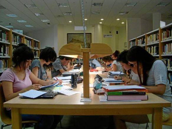 Imagen de archivo de distintas personas estudiando en la biblioteca pública Francisco Villaespesa de  [ La Voz ]