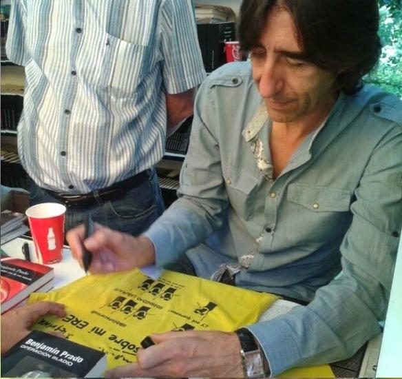 """El escritor Benjamín Prado firmando la """"amarilla""""."""