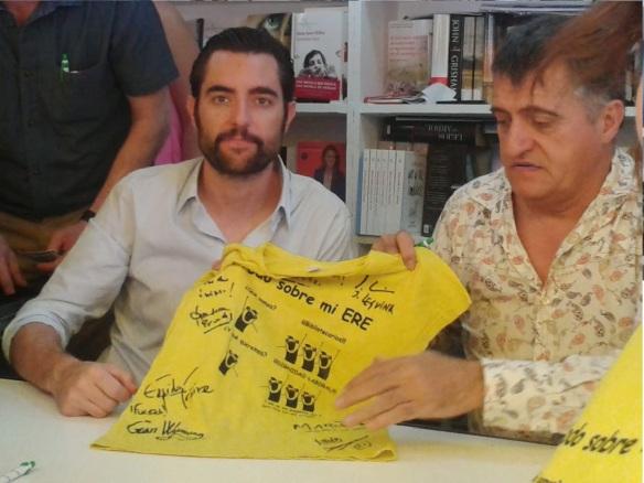 Dani Mateo y El Gran Wyoming  mostrando nuestra camiseta amarilla tras firmarla.
