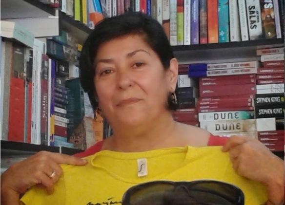 La escritora Almudena Grandes cogiendo nuestra camiseta.