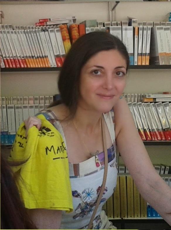 Con Espido Freire, que posó con la camiseta amarilla tras firmarla.