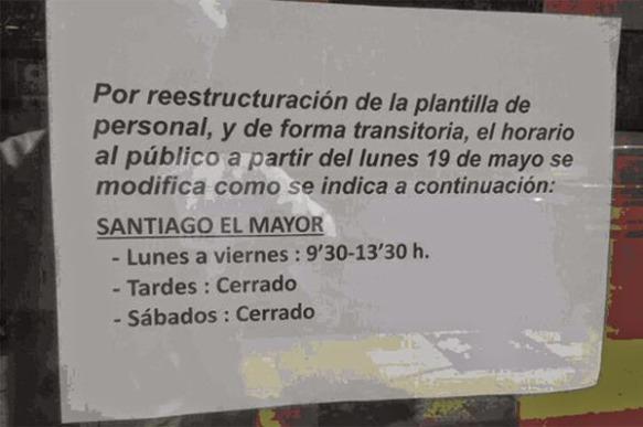 Cartel con el nuevo horario de apertura de la Biblioteca de Santiago el Mayor en Murcia.