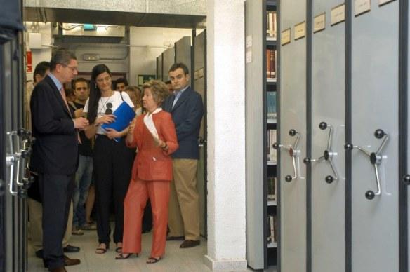 Alberto Ruiz-Gallardon, cuando era Alcalde de Madrid, visitando la Biblioteca Historica en una foto de archivo. Fuente web municipal