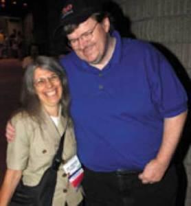 La bibliotecaria Ann Sparanese con Michael Moore