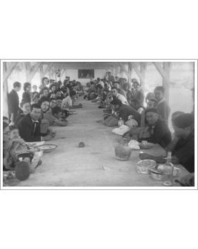 Presos con sus familias durante la construcción de la Cárcel de Carabanchel. Año 1941. Donada por Sonia Dorado Martín.