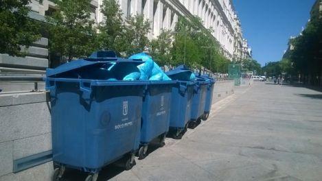Decenas de bolsas de basura con documentos triturados frente al Palacio de Cibeles, en la calle Montalbán. Fuente: eldiario.es