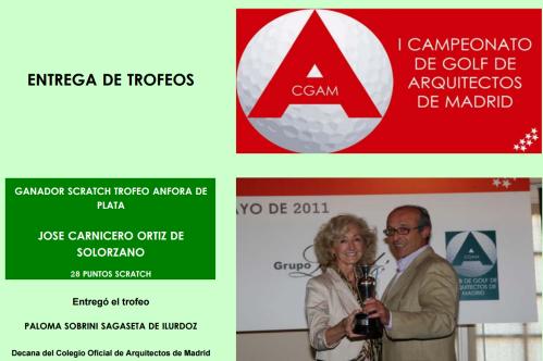 Una foto más reciente de Paloma Sobrini entregando unos trofeos de golf. Fuente Club de Golf de Arquitectos de Madrid.